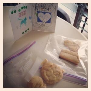 息子と奥さんが共同で作ってくれたクッキーと父の日カード。 幸せ者です!