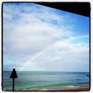 見学の前にワイキキアウトリガーホテルで朝食。大きな虹が!