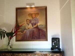 間違っても玄関正面に自画像がある様な家にはなりません。ということです!