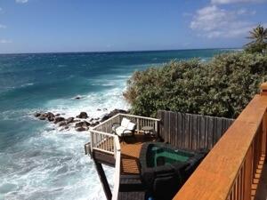相変わらず海に突き出しています。手前にプールがありますが、例の塩水プールです。