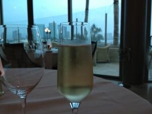 まずはシャンパンで乾杯!