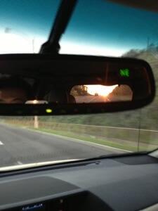 夕方新居に帰る途中バックミラーから奇麗な夕日が見えます。何年これを見る事ができるのかなぁと思いをはせてしまいます。