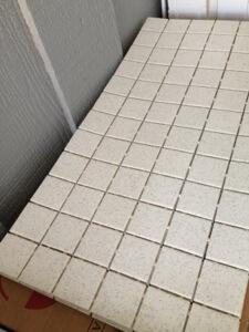 """2""""x 2""""のタイル。洗い場用です。こう配をつけるため小さいタイルです。"""