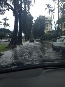 最終日はものすごい豪雨でカラカウア通りも洪水状態。2018年の経済ストームを予感!?