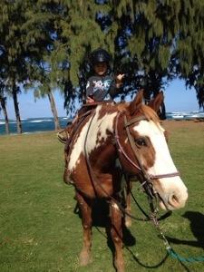 長男は普通の馬に乗りました! シャカもいっちょまえになって来ています。