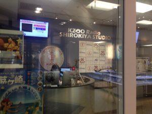 場所はアラモアナショッピングセンターの白木屋内、KZOO Studioにて。