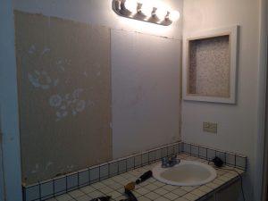 ハワイでリフォーム:マスターバスルームの鏡を撤去したらオリジナルの壁紙が。