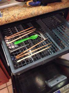 ハワイでDYI: 交換した食洗機には第三のトレーが。これはミーレの特許だと思っていたのですが違いますね。箸を置ける最高のスペースなんです。