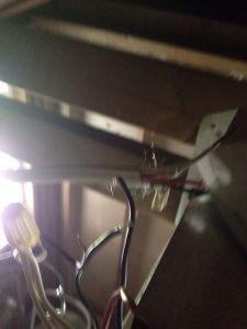 ハワイでリフォーム:屋根裏で電気配線をしてー