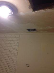 ハワイでリフォーム:天井のドライウォールに下地材を塗っています。研磨と何度か繰り返します。