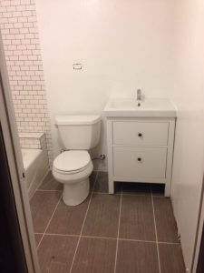 ハワイでリフォーム:白を基調にした清潔感のあるバスルームになって来ました。もちろんウォシュレット対応にコンセント設置。