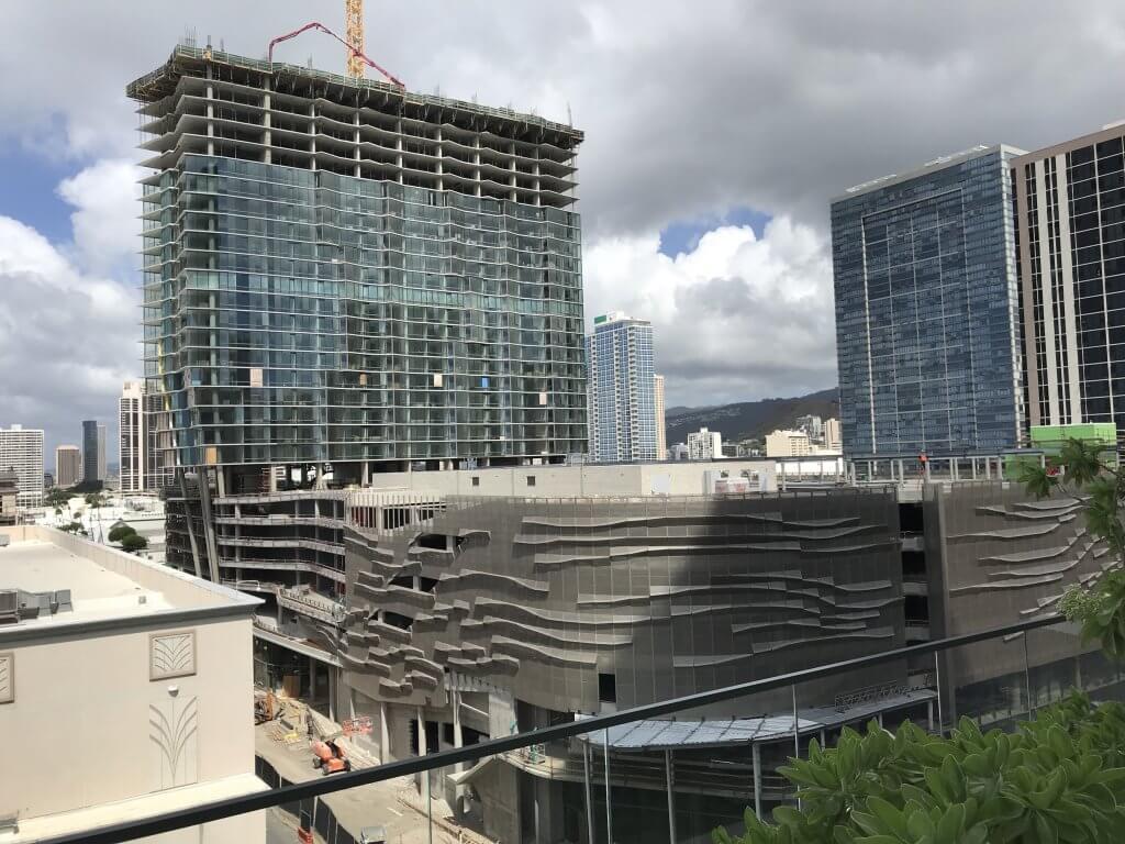 ハワイで大家:建築中のアエオ。ホールフーズがここから道路を挟んで向こう側にできるという朗報