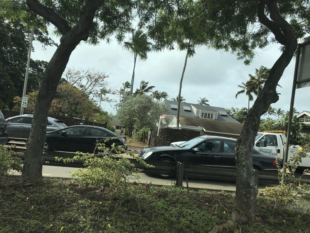ハワイで大家:見にくいですがアイナハイナの海側では翌朝も浸水した家が。。